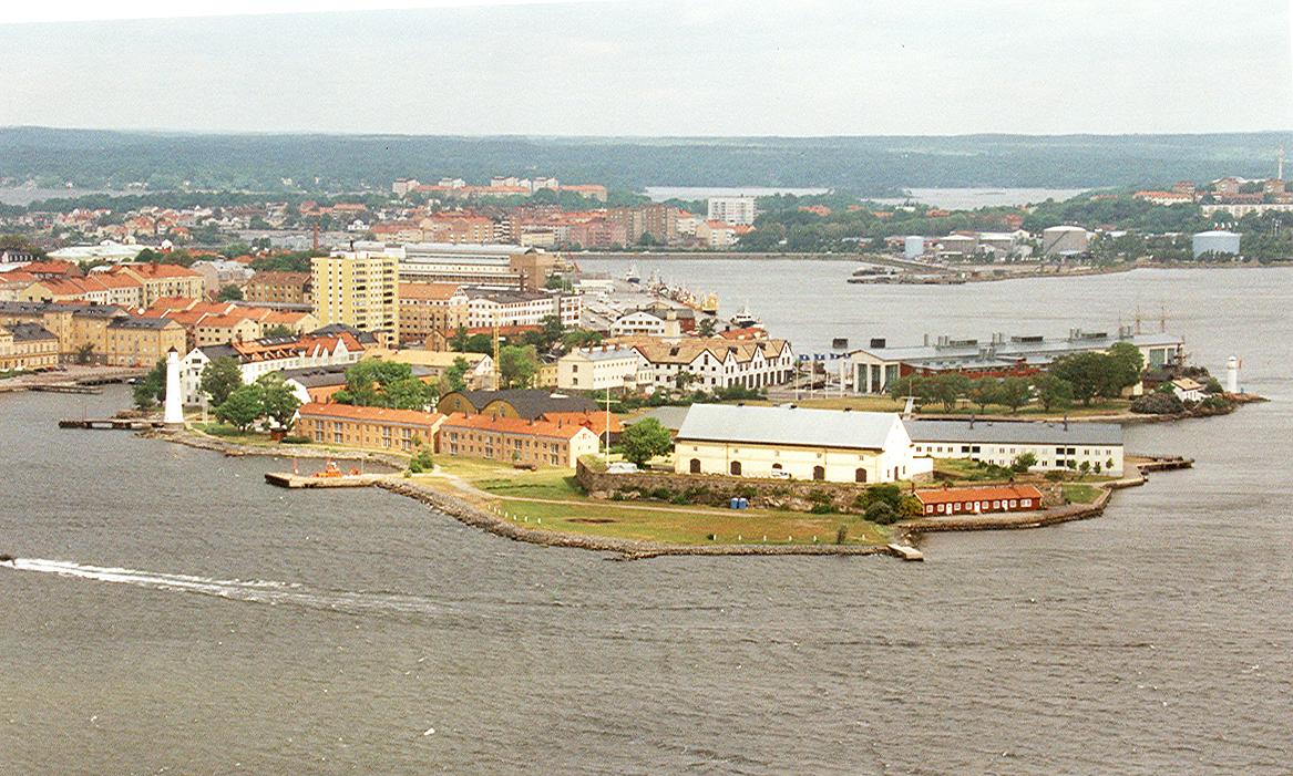 Äldre flygbild över Stumholmen. Stumholmen har sedan Karlskronas grundande hyst ett stort antal arbetsplatser med många olika verksamheter och med många yrkeskategorier representerade. Olle Melin, pensionerad överstelöjtnant vid KA 2 och Sydkustens marinkommando föreläser för oss den 11 oktober, 12.30.